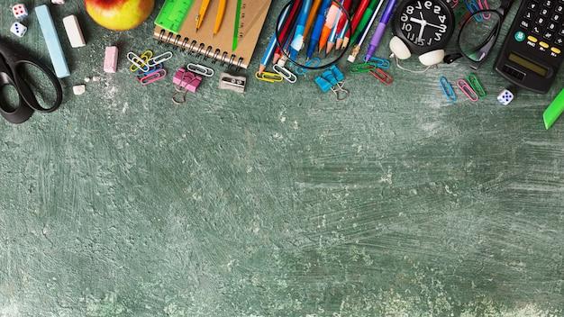 Sfondo di educazione e torna al concetto di scuola sulla lavagna verde con spazio di copia
