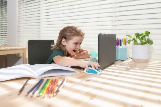 Istruzione e apprendimento a distanza per bambini homeschooling scolaro che guarda la lezione di educazione online ...