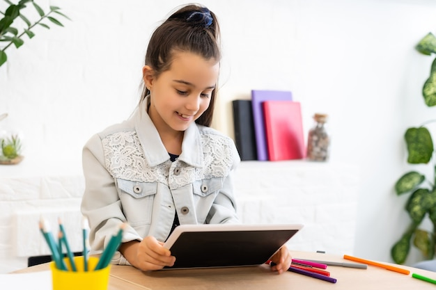 Istruzione, scuola elementare, apprendimento, tecnologia e concetto di persone bambina