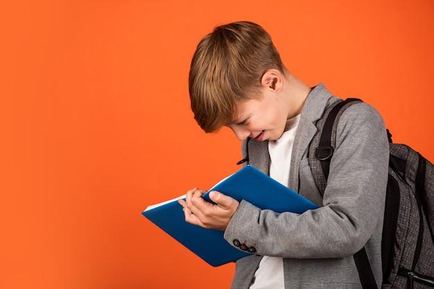 Educazione per ragazzi. cura dei bambini. concetto di educazione scolastica. compiti a casa. scrivere appunti. stile di vita da nerd. ragazzo che studia. educazione di base. abilità e conoscenza. studente con libro. imparare una lingua straniera.