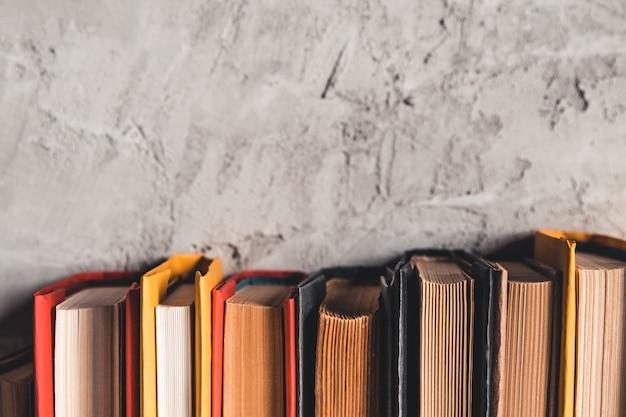 Concetto di educazione e lettura - gruppo di libri colorati sul tavolo di legno