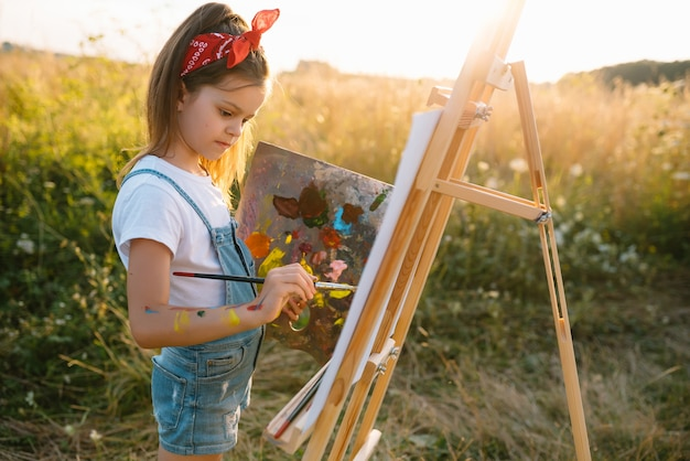 Istruzione, scuola, arte e concetto di painitng - piccola immagine della pittura della ragazza dello studente