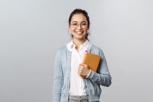 Insegnanti di istruzione università e scuole concetto giovane donna sorridente datore di lavoro o studente con gli occhiali...