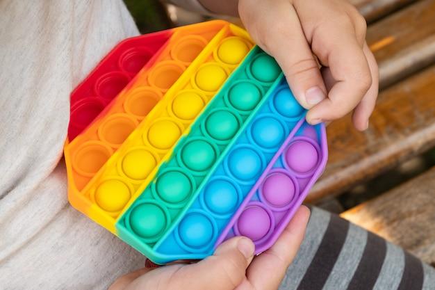 Gioco educativo per bambini semplice giocattolo sensoriale fossetta pop in mano