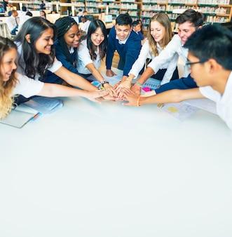 Concetto educativo di lavoro di squadra della biblioteca per studenti