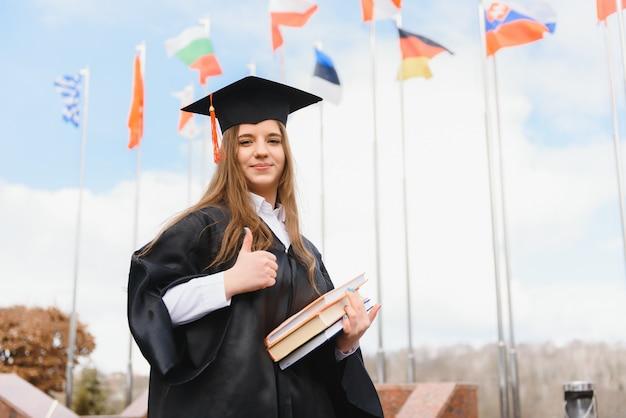 Tema educativo: laureanda studentessa in abito accademico.