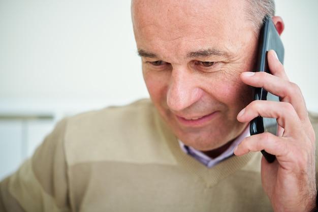 Imprenditore che risponde alla telefonata