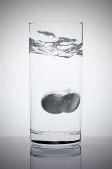Compressa effervescente in bicchiere d'acqua