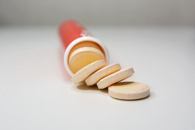 Compresse effervescenti di vitamina c su una superficie bianca