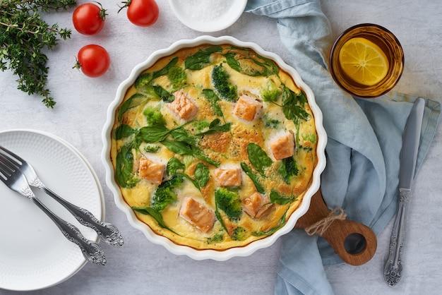 Frittata all'uovo, omelette con salmone, broccoli e spinaci, vista dall'alto