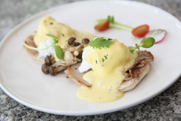 Uovo alla benedict con pancetta e funghi di pane
