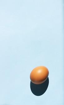 Uovo su sfondo blu, banner, motivo ritmico.