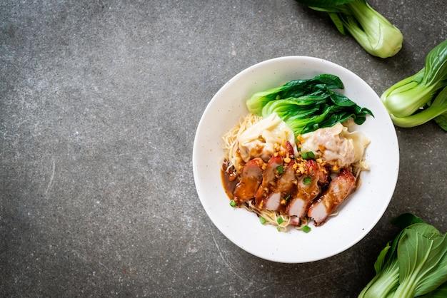 Zuppa di noodle all'uovo con pancetta di maiale croccante e wonton. stile di cibo asiatico