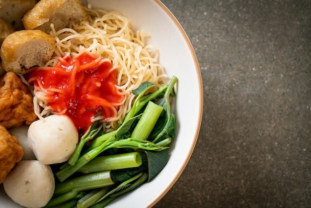 Spaghetti all'uovo con polpette di pesce e polpette di gamberetti in salsa rosa, yen ta four o yen ta fo - stile asiatico