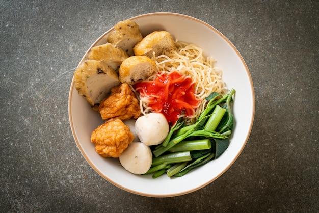 Tagliatelle all'uovo con polpette di pesce e polpette di gamberi in salsa rosa, yen ta four o yen ta fo - stile di cibo asiatico
