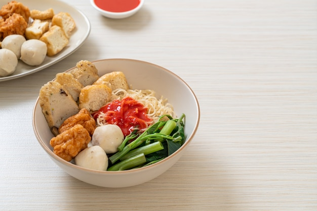Tagliatelle all'uovo con polpette di pesce e polpette di gamberi in salsa rosa, yen ta four o yen ta fo - stile di cibo asiatico Foto Premium