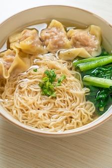 Tagliatelle all'uovo con zuppa di wonton di maiale o zuppa di gnocchi di maiale e verdure - stile di cibo asiatico