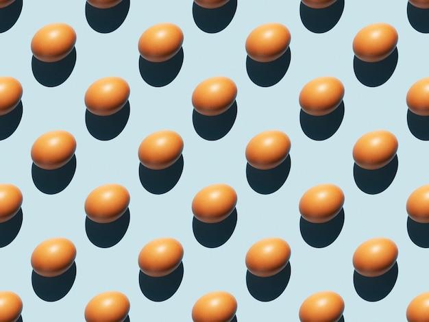 Modello di uovo su una superficie blu