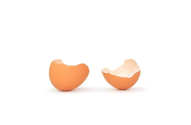 Guscio d'uovo isolato su bianco