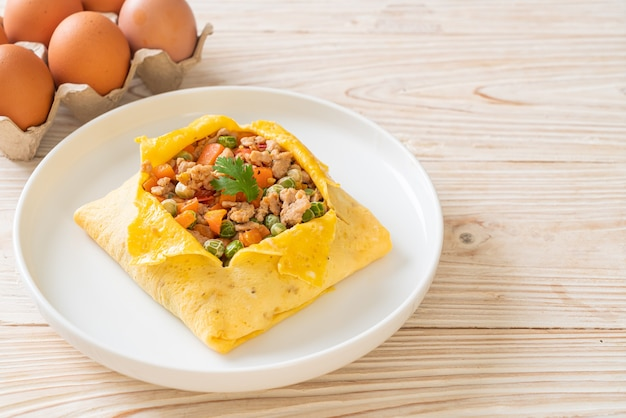 Involucro d'uovo o uovo farcito con carne di maiale tritata, carota, pomodoro e piselli