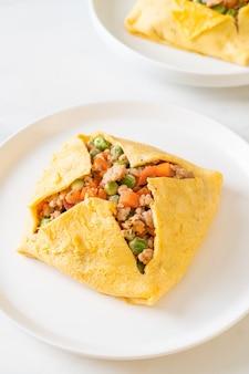 Impacco all'uovo o uovo ripieno con carne di maiale macinata, carota, pomodoro e pisello green
