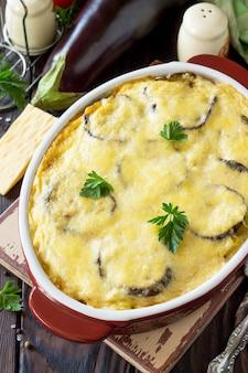 Sformato di melanzane con moussaka di besciamella un piatto della tradizione greca