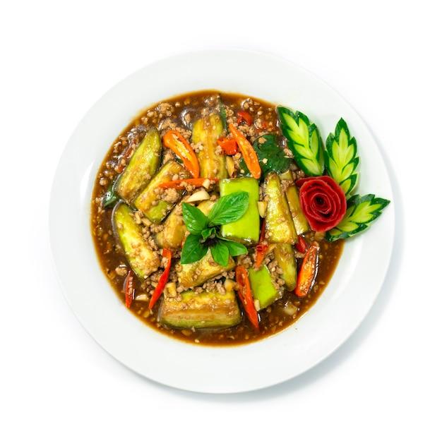 Melanzane saltate in padella con carne di maiale macinata, peperoncino, basilico dolce stile thaifood decorare la vista dall'alto di verdure intagliate