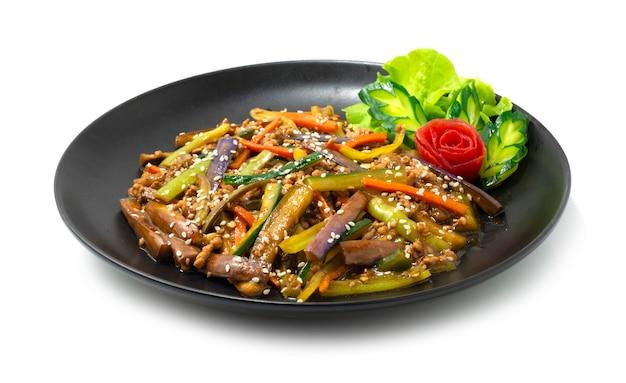 Melanzane saltate in padella con salsa giapponese di maiale macinata decorano la vista laterale di verdure intagliate