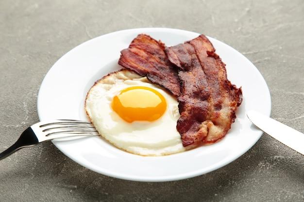 Uova e pancetta per colazione. colazione inglese. vista dall'alto