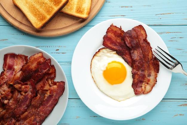 Uova e pancetta per colazione. prima colazione inglese con copia spazio.