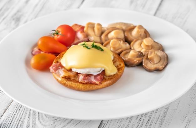 Uova alla benedict con pancetta sul piatto