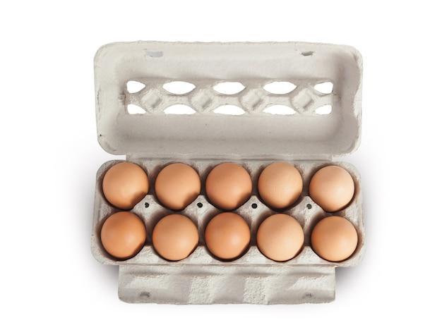 Uova in scaffale di cartone su sfondo bianco, mock up