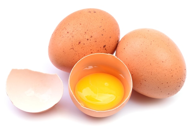 Uova e uovo rotto isolati