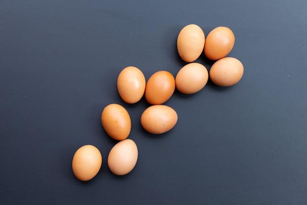 Uova sulla parete scura. copia spazio