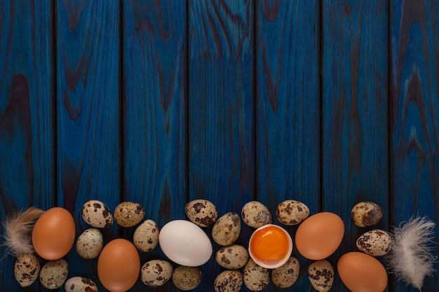 Concetto di pasqua di uova e piume