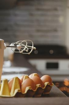 Farina di uova e mixer nella cucina di casa per fare torte e dolci per la famiglia sullo sfondo ...