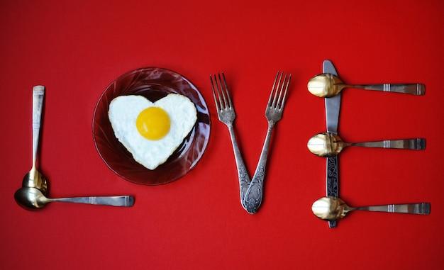Uova a forma di cuore.