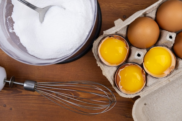 Processo di cottura delle uova e della meringa con zucchero tritato