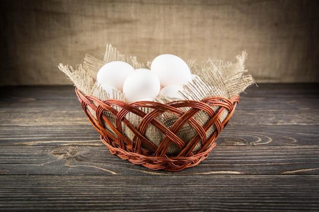 Uova isolate sulla tavola di legno