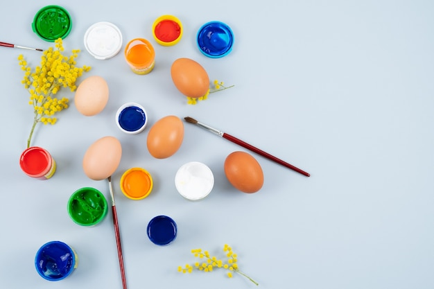 Uova e vernici. processo di decorazione delle uova di pasqua. copia spazio. vista dall'alto.