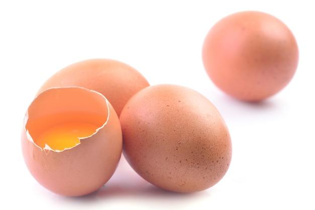 Uova su uno sfondo bianco
