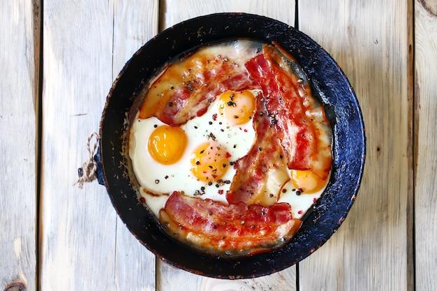 Uova con pancetta. colazione corretta.
