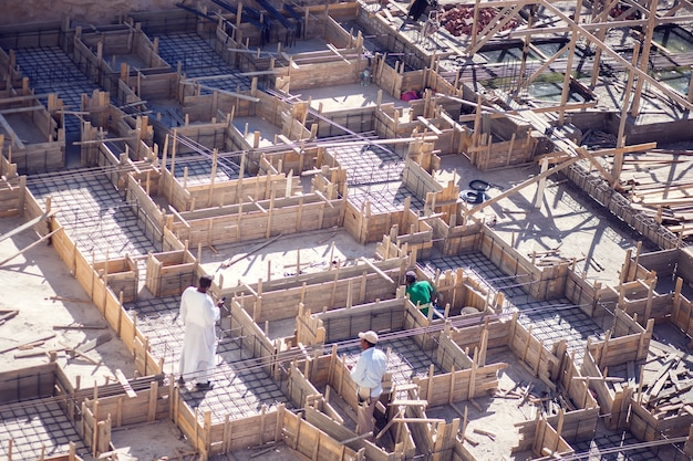 Egitto, hurghada, 24 dicembre, team di costruttori che lavorano al cantiere, vista dall'alto.