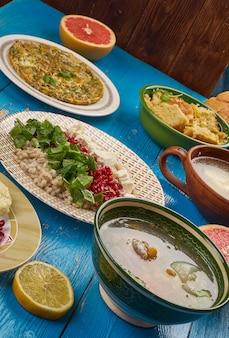 Cucina egiziana. piatti tradizionali egiziani assortiti, vista dall'alto.