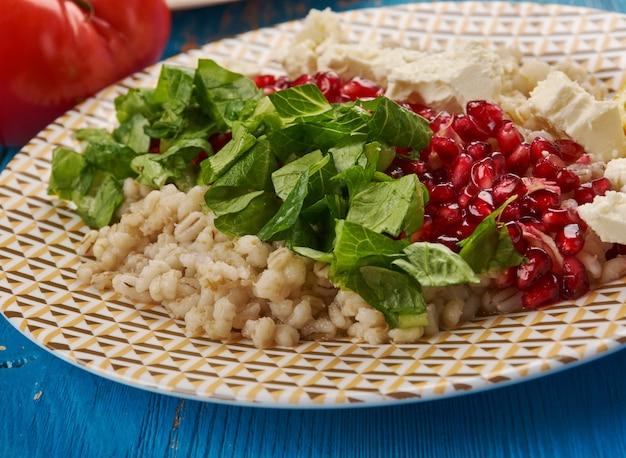 Cucina egiziana. insalata d'orzo tradizionale egiziana con vinaigrette di melograno, feta
