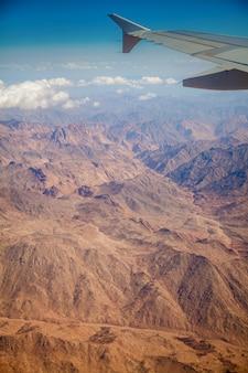 Paesaggio deserto egiziano con montagne
