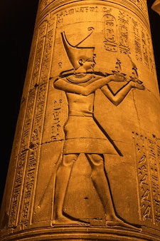 Disegni e geroglifici egiziani al tempio di kom ombo. nella città di kom ombo vicino ad aswer
