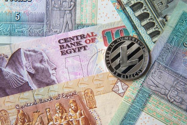 Banconote in sterline egiziane e monete di criptovaluta. concetto di investimento in criptovaluta. crypto mining o trading