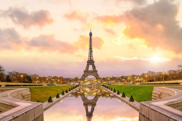 Torre eiffel all'alba dalle fontane del trocadero a parigi, francia