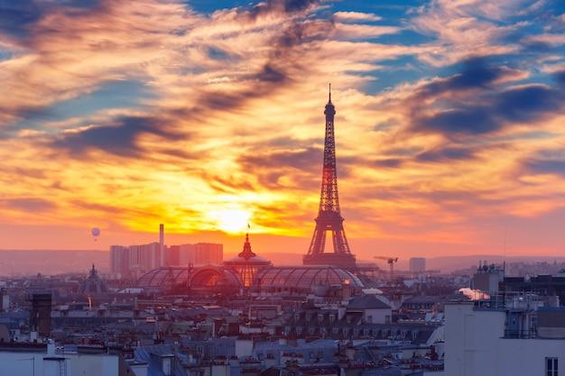 Torre eiffel al tramonto a parigi, francia